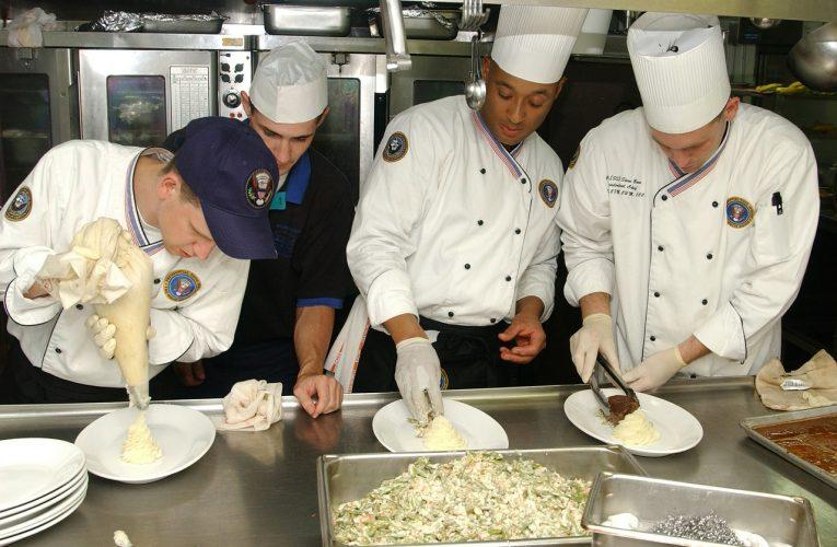 Piec konwekcyjno-parowy: obowiązkowe wyposażenie profesjonalnych kuchni